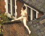 mujer-desnuda-en-un-techo
